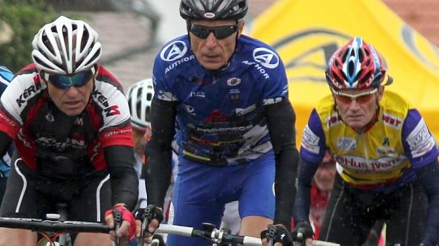Pětašedesátiletý znojemský cyklista Lubomír Novák (v modrém) vyhrál časovku v kategorii 65 - 69 let.