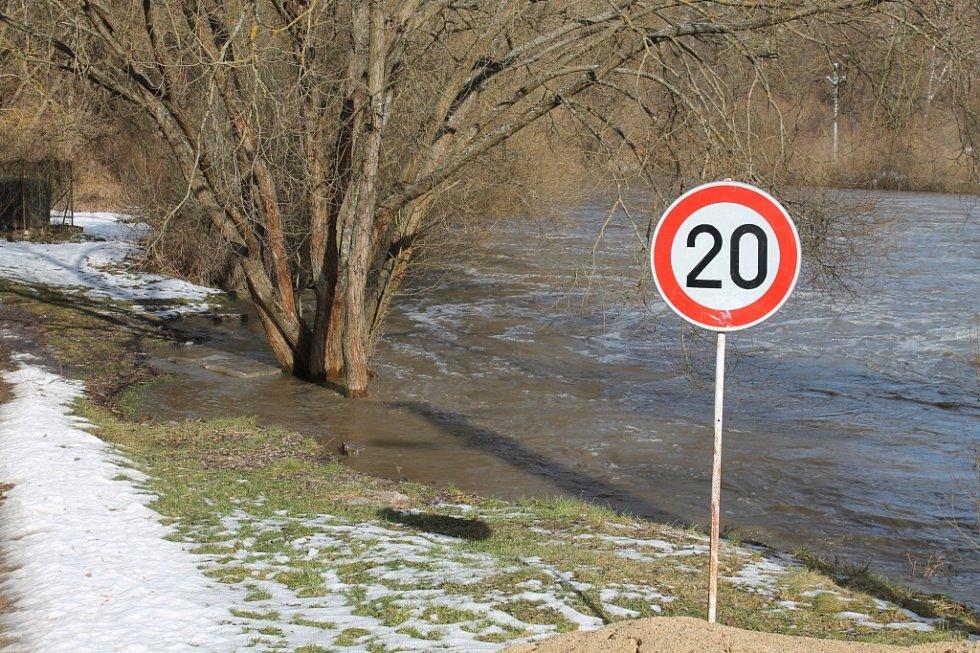 Voda v Dyji dosáhla 31. ledna třetího stupně povodňové aktivity. Ještě dopoledne se voda držela v korytě řeky. Žádná stavba či rozsáhlejší pozemek nebyl zaplavený.