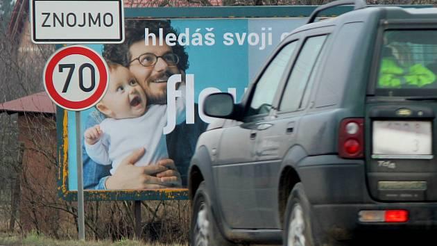 Těsně před vjezdem do Znojma od Prahy může pozornost řidičů ovlivnit trojice billboardů vedle sebe. Jsou těsně u značky začátek obce s omezením rychlosti. Následuje řada billboardů v zahrádkách. V sezoně zde bývá prodej ovoce a zeleniny.