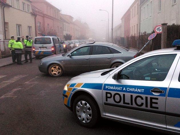 Řidička, která ujížděla policistům, srazila dopravní značku.