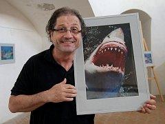 Výstavu fotografií zakončil aukcí známý režisér nejenom žraloků Steve Lichtag Loveček.