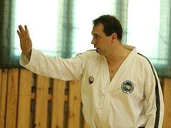 Trenér František Macek zasvěcuje děti do umění taekwonda.