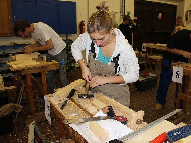 Budoucí truhláři z moravských a rakouských škol se na znojemském učilišti Uhelná utkali při výrobě dřevěných stoliček.