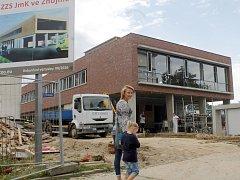 Už v srpnu by stavební firma měla podle plánů dokončit stavbu nové základny znojemských záchranářů.