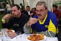 Bohutice slavily osmý Letní meruňkový karneval. Klání jedlíků vyhrál Alois Pesca (vpravo) před Rudolfem Rozbořilem.