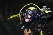 Potápeči z klubu Manta vylovili v sobotu před půlnocí ze dna vranovské přehrady 908 lahví sektu.