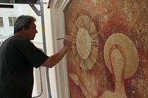 Průčelí kostela sv. Jana Křtitele ozdobí malba moderního Krista
