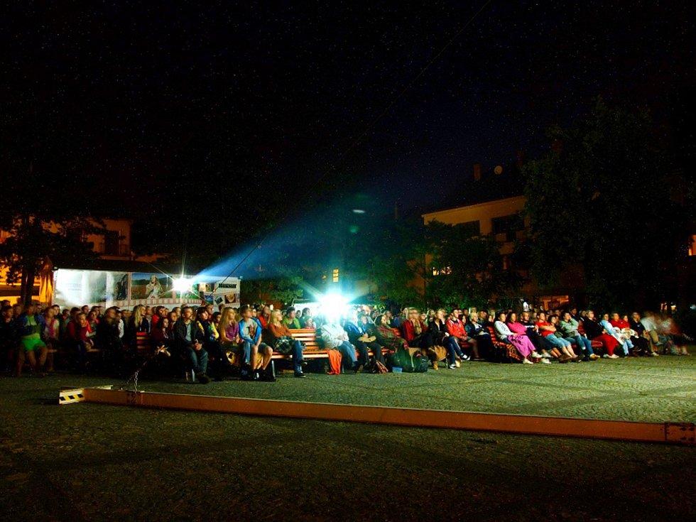 Kinematograf je v Moravském Krumlově jedinou možností, jak si obyvatelé městečka užijí atmosféru biografu. Kamenné kino zde totiž skončilo provoz již roku 2012, letní kino nahrazuje kinematograf.