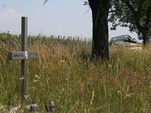 Nejsmrtelnější silnici v okrese lemuje řada křížků.