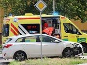 Hodinu po nedělním poledni se v Pražské ulici před základnou hasičů srazila dvě osobní auta.