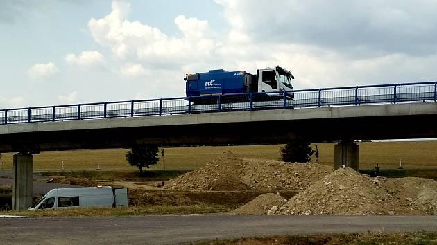 Od 1. srpna řidiči kyvadlově využívají nový most na trase budoucího obchvatu Znojma.