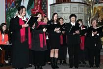 Členové Pěveckého sdružení Vítězslav Novák pod taktovkou sbormistra Jana Svobody zazpívají tradiční koledy na Horním náměstí ve Znojmě.