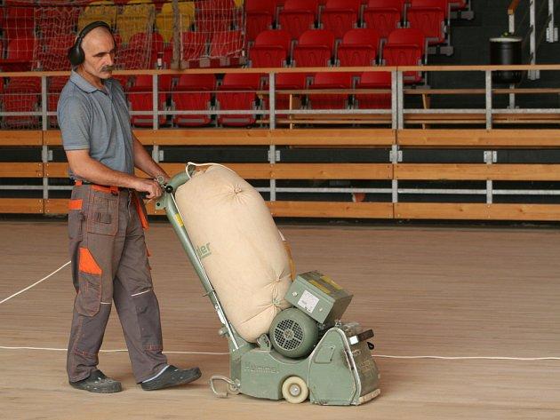 Ve znojemské sportovní hale opravují dřevěnou podlahu hlavního sálu.