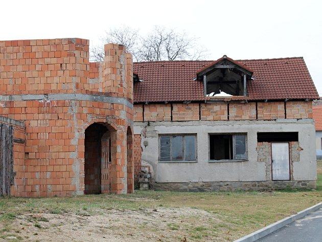 HRUBÁ STAVBA. Střed vesnice v Těšeticích hyzdí déle než patnáct let nedokončená stavba kulturního domu.