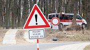 Městským lesíkem smí na základě výjimky dočasně projíždět sanitky. Někteří jiní řidiči zkratky zneužívají.