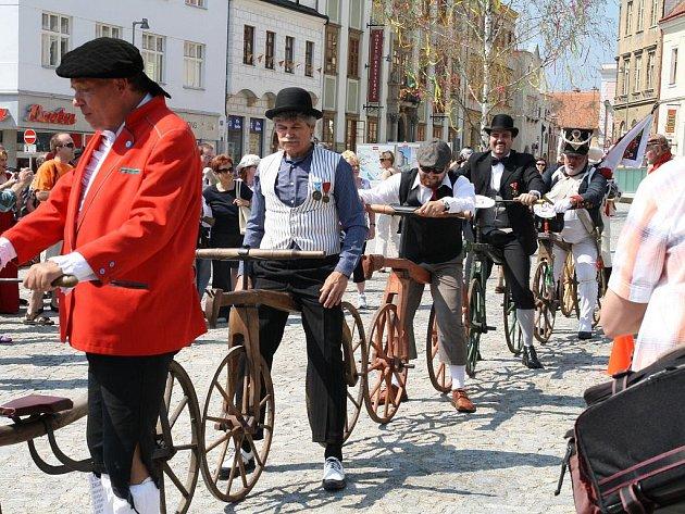 Setkání majitelů historických bicyklů ve Znojmě.