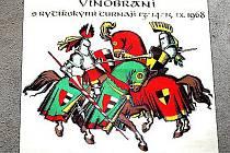 V kapli svatého Václava u Mikulášského kostela ve Znojmě mohou návštěvníci od pondělí shlédnou návrhy historických kostýmů pro Znojemské vinobraní z let 1965 - 66, které pocházejí z archívu rodiny Františka Koukala.
