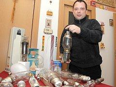 Pětatřicetiletý Roman Hrubý sbírá žárovky a výbojky.