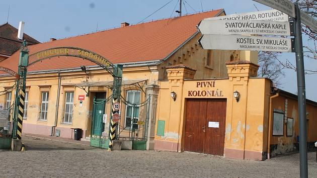 Bývalý znojemský pivovar těsně sousedí se znojemským hradem.