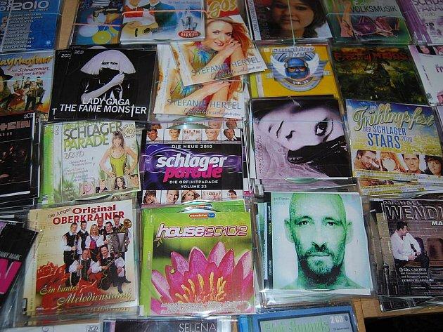 Celníci našli přes čtyři tisíce CD a DVD.