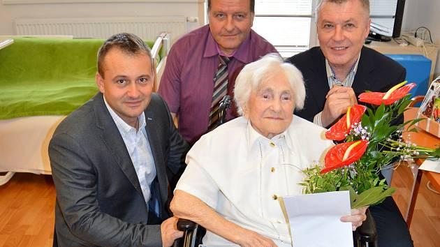 Zdenka Větrovská se starostou Znojma Janem Groisem, ředitelem Okresní správy sociálnho zabezpečení Radoslavem Krausem a místostarostou Znojma Janem Blahou.