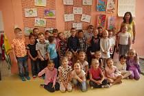 Základní škola Pražská ve Znojmě, žáci 1.A s paní učitelkou Veronikou Stibůrkovou.