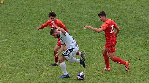 Tasovičtí fotbalisté (v bílém) schytali včera těsnou prohru 1:2 od B-týmu brněnské Zbrojovky. Byl to pro ně minimálně na dva týdny poslední zápas kvůli pandemii.