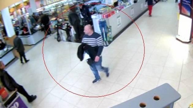 Po zloději, který okrádal zákazníky v obchodech, pátrají v těchto dnech znojemští policisté.