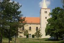 Farní kostel je zasvěcen Stětí sv. Jana Křtitele. Původní stavba byla románská, v polovině osmnáctého století ji zničil požár. Kostel se dočkal rozsáhlé rekonstrukce a nového posvěcení v roce 1767.