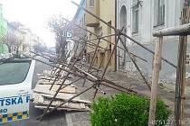 Lešení spadlo u zastávky v ulici Palackého.