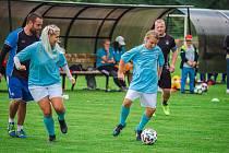 Na hřišti v Mikulovicích uspořádali tamější fotbalistky turnaj na podporu spoluhráčky Andreji Dundové. Účastníci turnaje podpořili mladou sportovkyni padesáti tisíci korunami.