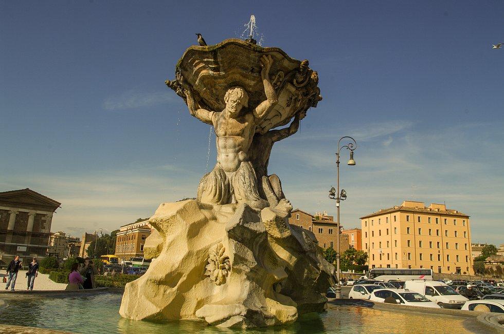 Kašna na náměstí před kostelem S Maria in Cosmedin v Římě.