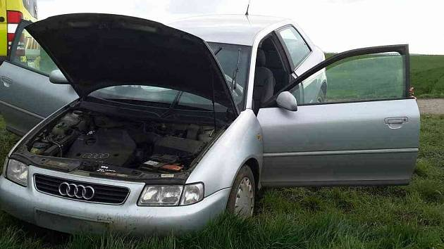 Naštěstí jen dvěma lehkými zraněními skončila sobotní odpolední havárie stříbrného audi na silnici první třídy číslo 53 nedaleko Miroslavi.