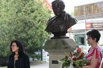 Členové Okrašlovacího spolku ve Znojmě uctili v pondělí památku popického rodáka Charlese Sealsfielda. Uplynulo totiž 150 let od spisovatelova úmrtí.