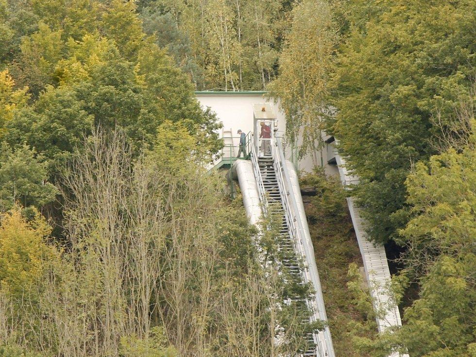 Pitnou vodu, po patřičných úpravách, má většina obyvatel z Třebíčska díky ve střední Evropě unikátnímu plovoucímu stroji. Čerpací stanice sousedí s místem známým jako Orlí hnízdo.