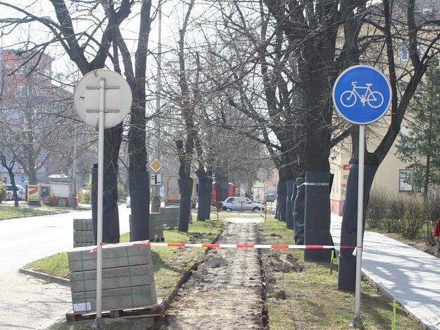 V části ulice Pražská ve Znojmě budují dělníci novou cyklostezku. Mezi lípami u budovy policie.