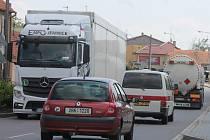 Tisíce aut projíždí denně Kuchařovicemi, kde čekají na opravu průtahu.