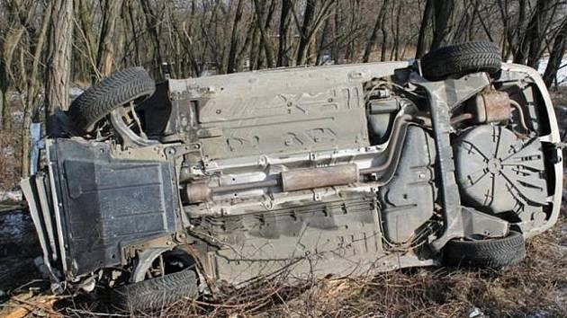 Dvaadvacetiletá řidička nepřizpůsobila rychlost jízdy stavu a povaze vozovky a po projetí zatáčky dostala smyk.