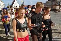 Slavnostní průvod  festivalové společnosti prošel  v pátek odpoledne ulicemi Znojma. Mladí umělci pobavili kolemjdoucí a z rukou starosty města Zbyška Kaššaie převzali na následujících sedmnáct dní symbolický klíč od Znojma.