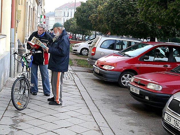 Aktivista Václav Hovorka (vlevo) při sbírání podpisů.