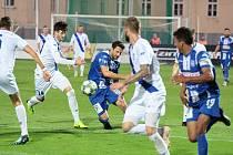 Fotbalisté třetiligového Znojma (modří) v pátek remizovali s Dolním Benešovem 0:0. Již ve středu je čeká Frýdek-Místek (v bílém). Ten 1. SC loni v září porazilo 2:1 a vítězství chtějí zopakovat i letos.