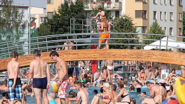 Tisíce lidí zamířily o víkendu ve Znojmě na plovárnu v Louce.