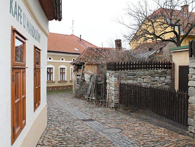 Přestože se už skoro dvacet let mluví o demolici, ruina domku v ulici Slepá v městské památkové rezervaci ve Znojmě stále ohrožuje kolemjdoucí.