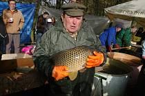 Tradiční vývlov rybníka Jejkala uspořádali správci u Vranova nad Dyjí. Podívat se na práci rybářů, ochutnat speciality či nakoupit čerstvé kapry přišlo několik stovek lidí.