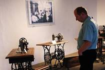Výstava historických šicích strojů.