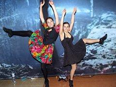 Studentka Renata Čechová (vlevo) s Kristýnou Blažkovou pózují po úspěšném mistrovství světa v Liberci.