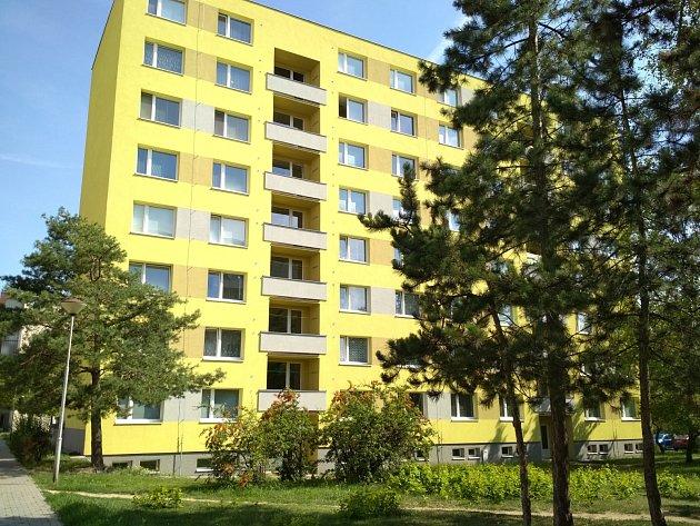 Dům vPražské ulici ve Znojmě. Znejvyššího balkonu ukončili život skokem dva lidé.