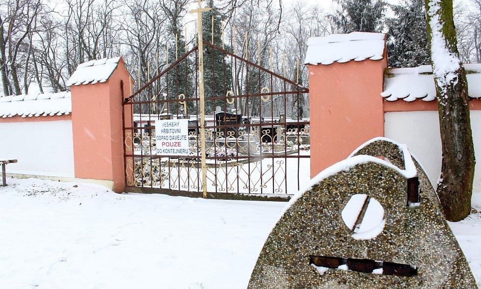 Otazníky vyvolává záměr prodeje části hřbitova v Křídlůvkách na Znojemsku. Jde o pás u zdi hřbitova, na kterém jsou roky hroby s náhrobky.