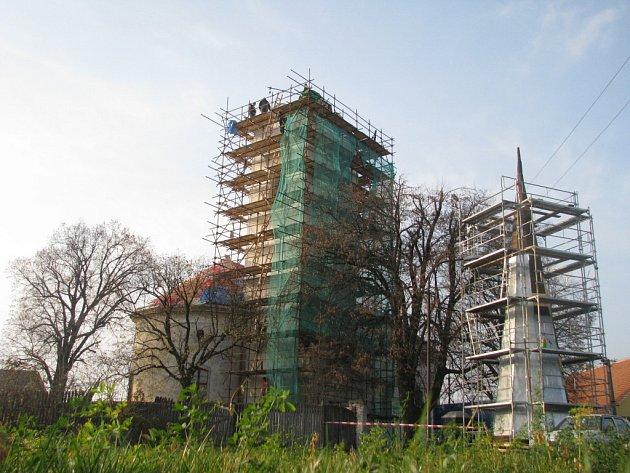 Kostelní věž v Litobratřicích. Kostely na Znojemsku dostanou na opravy dvanáct milionů. Velká rekonstrukce začne ve Vranově nad Dyjí , přispěly norské fondy.