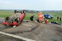 Po nehodě u Petrovic hasiči vyprošťovali cestující.